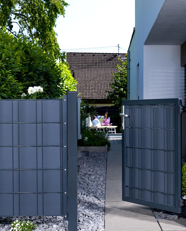 Zaunsichtschutzstreifen Anwendungsbeispiel am Gartenzaun mit Tor in anthrazit