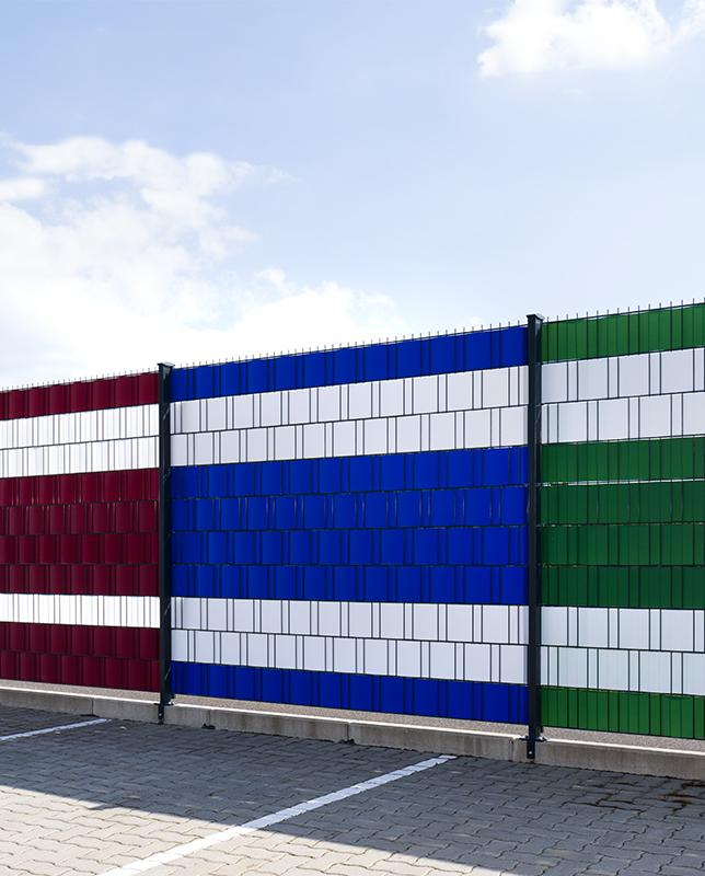 Anwendungsbeispiel Zaunsichtschutz verschiede Farben Anwendung am Doppelstabmattenzaun